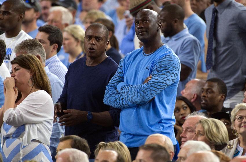 昨季のファイナルを観戦するマイケル・ジョーダン(右)