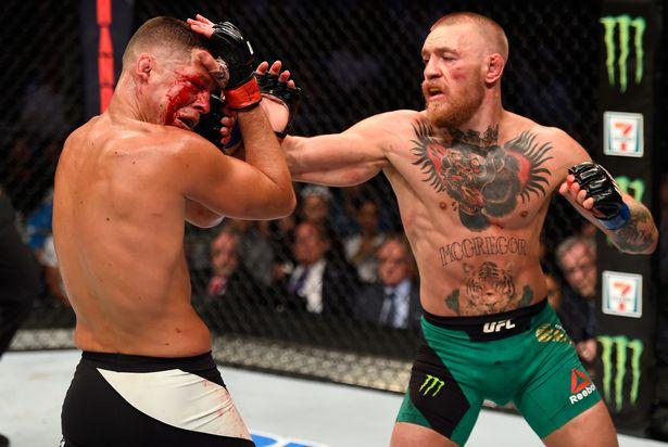 UFCのリングで戦うマクレガー(右)