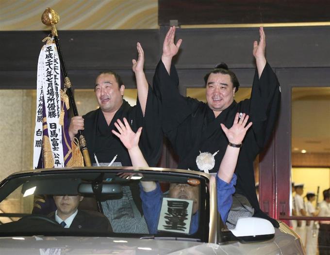 優勝パレードを行う日馬富士(右)