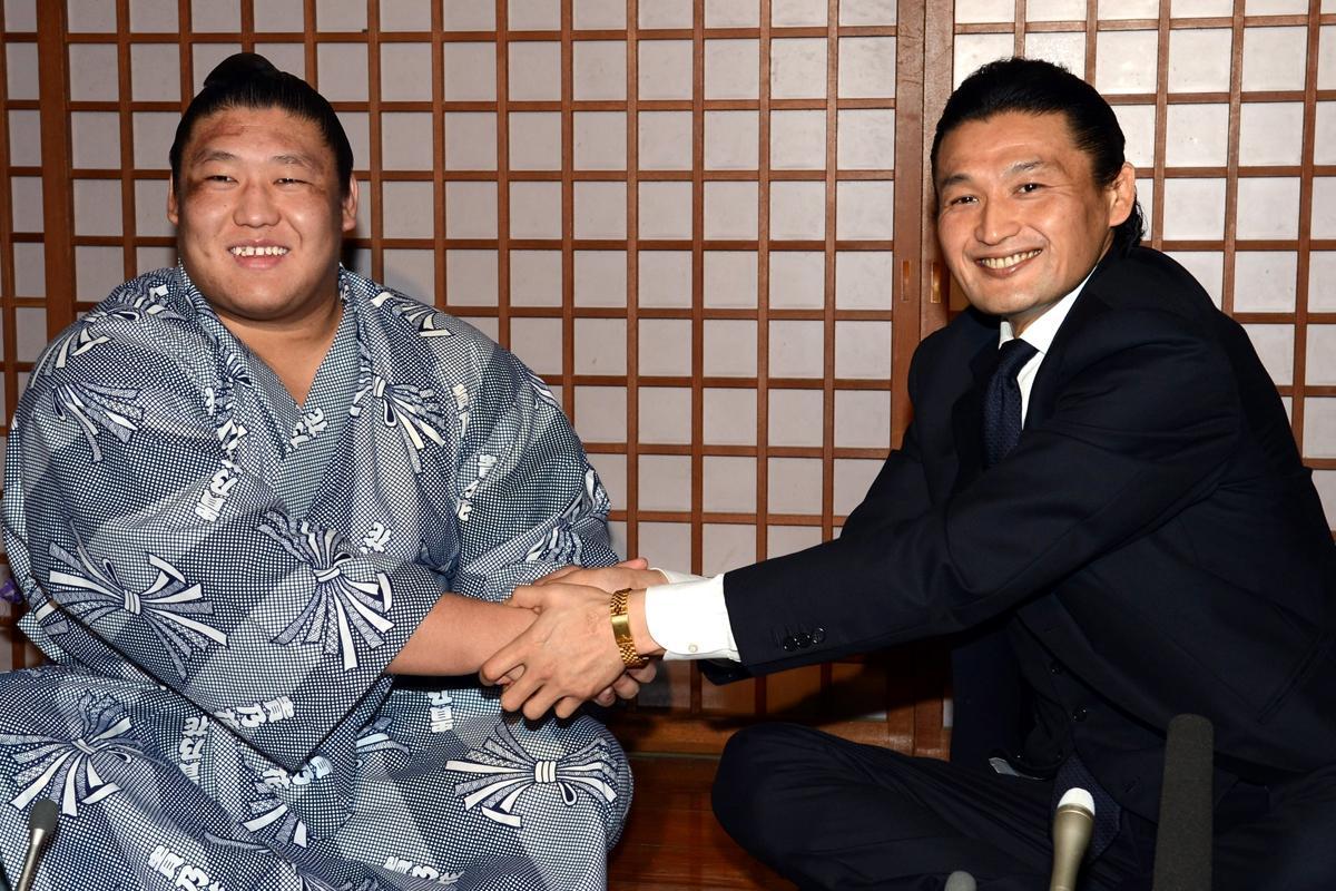 貴ノ岩(左)と貴乃花親方