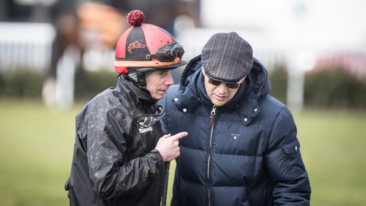 ムーア騎手と話しをするオブライエン調教師(右)