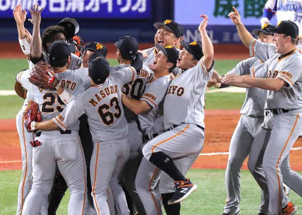 巨人のセ・リーグ制覇達成の歓喜の様子