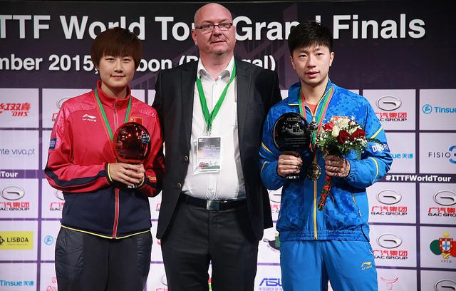2015年大会のシングルスを制した馬龍(右)と丁寧の中国勢